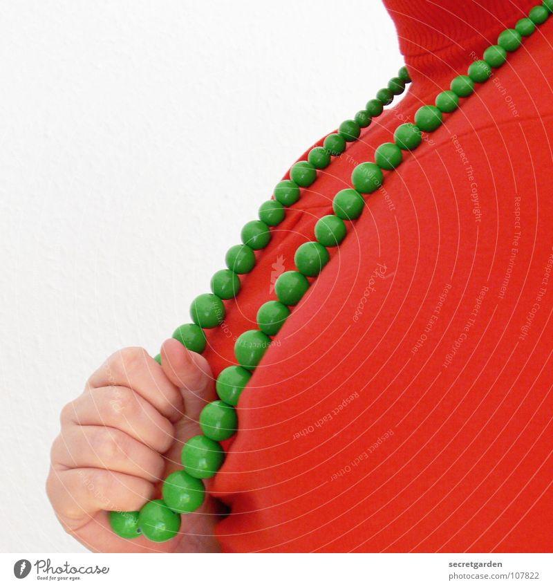 lady in red grün Pullover Rollkragenpullover rot Hand festhalten Zerreißen Konzentration Wut Bekleidung Frau Mensch Schmuck kalt Raum Modeschmuck grell feminin