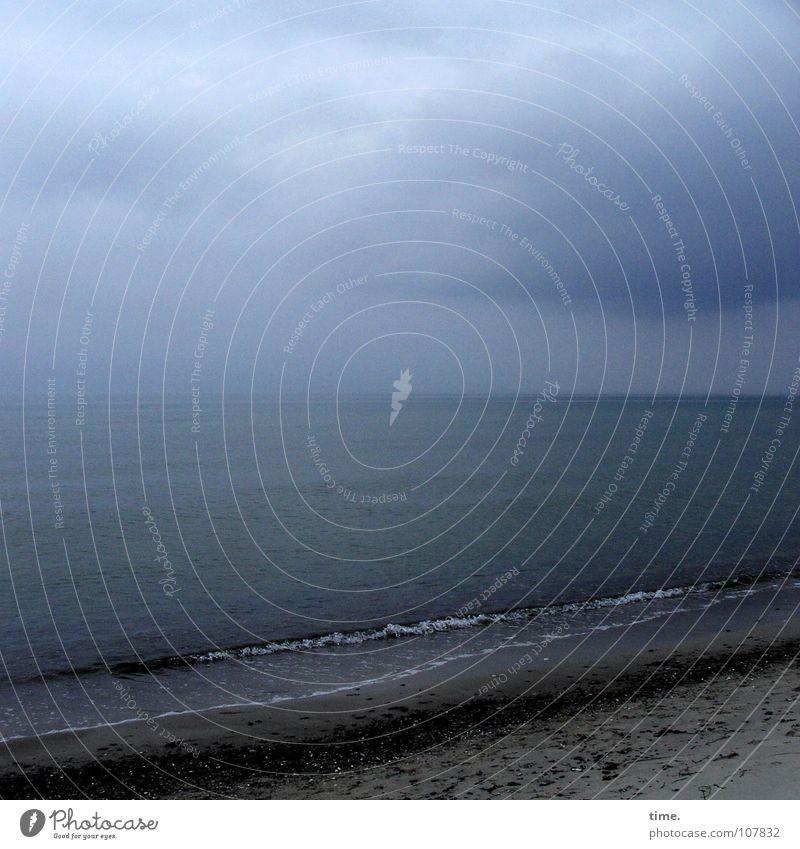 BlauPause Dämmerung Ferne Strand Meer Wellen Erde Sand Wasser Himmel Wolken Horizont Wetter Regen Küste Ostsee dunkel blau Fernweh Einsamkeit geheimnisvoll
