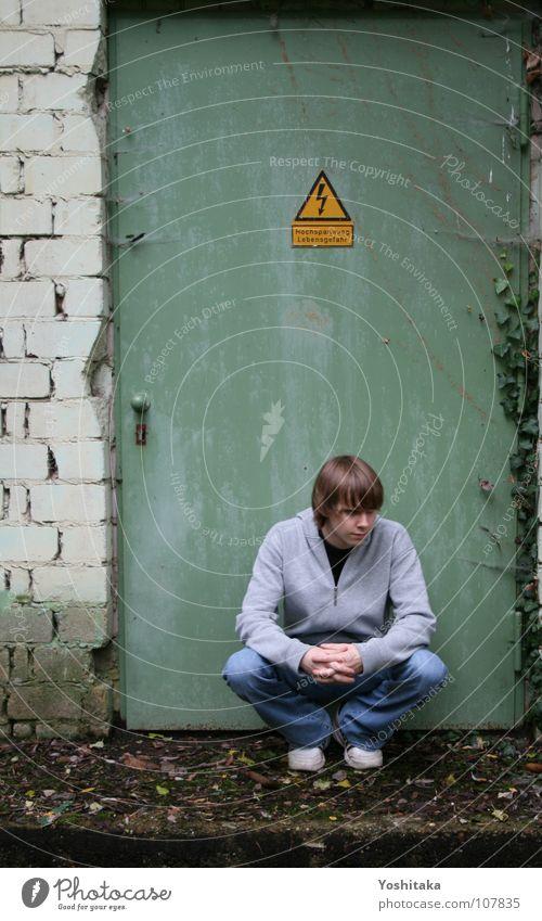 Vor'm Strom der Zeit verlassen grün Einsamkeit Traurigkeit Tür Schilder & Markierungen geschlossen Trauer Elektrizität Kabel Sehnsucht Verzweiflung Respekt