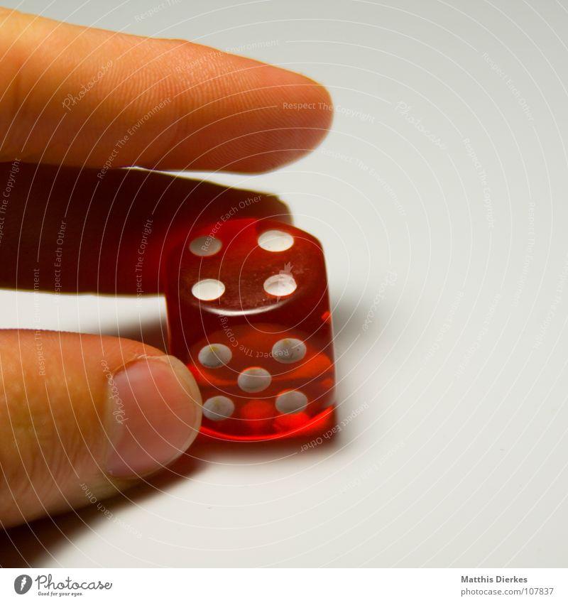 SPIELSUCHT Spielen Glücksspiel würfeln Poker ungesetzlich Freude Gesellschaftsspiele Duell Hand Finger Daumen Kartenspiel Würfelspiel Kapitalwirtschaft
