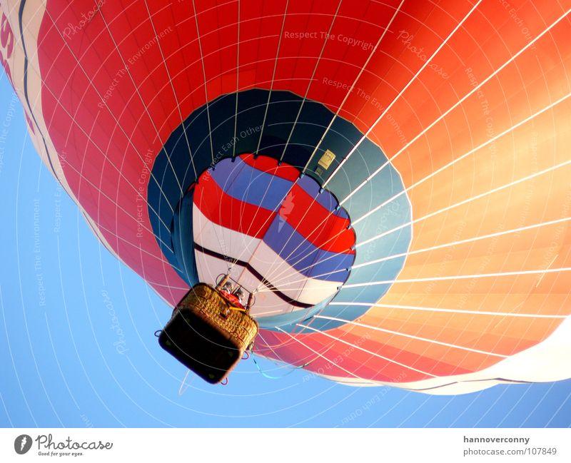 Der rote Ballon Himmel Wolken Freiheit Zufriedenheit Wind Luftverkehr Freizeit & Hobby fallen Sturm steigen Schönes Wetter Schweben Leichtigkeit wehen Korb
