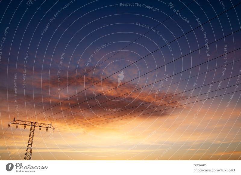 Unter Strom Himmel blau rot Wolken gelb Energie Umweltschutz nachhaltig Strommast Fortschritt Stromtransport