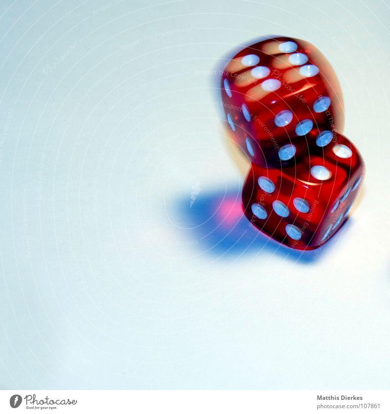 ROLLING DICE Hand Freude Spielen Bewegung Glück Rücken Freizeit & Hobby Würfel Erfolg gefährlich Finger bedrohlich Konzentration Risiko Dame Momentaufnahme