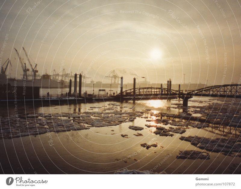 Januar Hafen Wolken weiß grau kalt Im Wasser treiben gelb verbinden ruhig Außenaufnahme Gegenlicht Winter Industrie Brücke Eis Sonne Fluss Freiheit Ferne