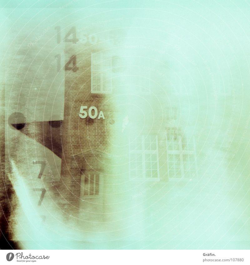 Geisterhaus Überbelichtung Holga Lichteinfall 7 Belichtung 50 retro Haus Backstein Lagerhalle Hafen 14 Lomografie Geister u. Gespenster Ziffern & Zahlen