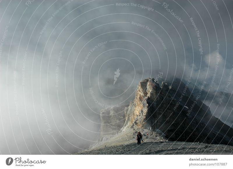 der Gipfelstürmer Mensch Himmel weiß Wolken Berge u. Gebirge grau Stein Wetter Freizeit & Hobby wandern Erfolg gefährlich bedrohlich Ziel Gipfel Schweiz