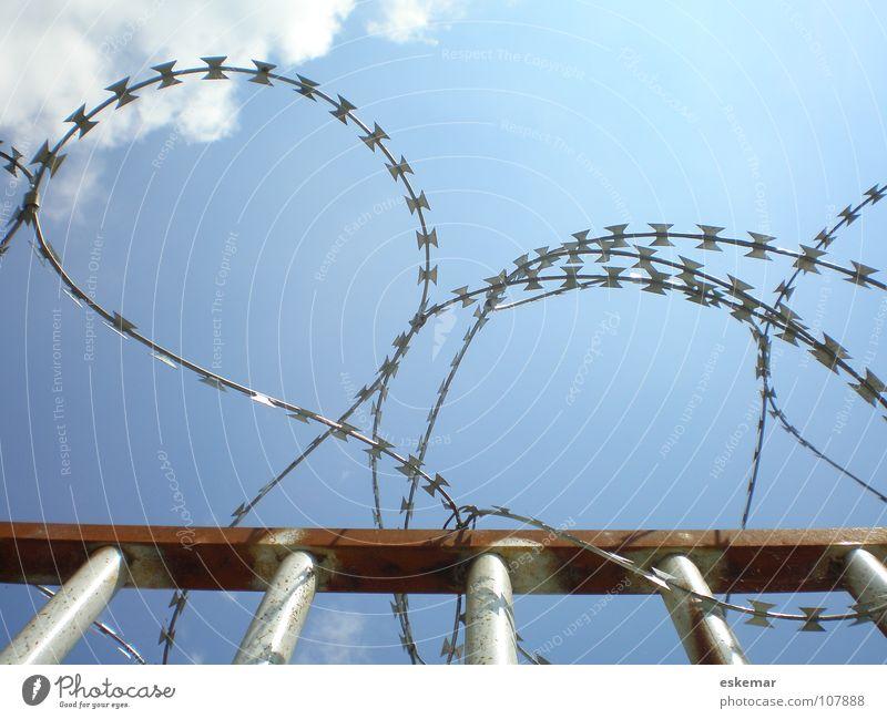 Grenze Himmel blau Metall Angst geschlossen Sicherheit gefährlich Ecke rund stoppen Schutz Grenze Rost Zaun Draht Barriere
