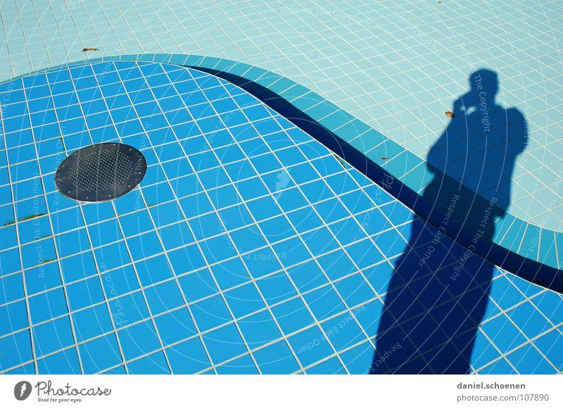 neulich im Freibad 3 abstrakt Hintergrundbild Schwung geschwungen zyan hell-blau Abfluss leer Detailaufnahme Farbe Wasser Schatten Fliesen u. Kacheln Linie