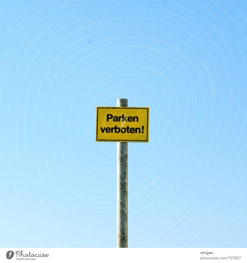 Piratparkplatz parken Verbote gelb Stab simpel sehr wenige klein Witz lustig Freude Verbotsschild privat Grundstück Einfahrt Hinweisschild Metallstange lesen