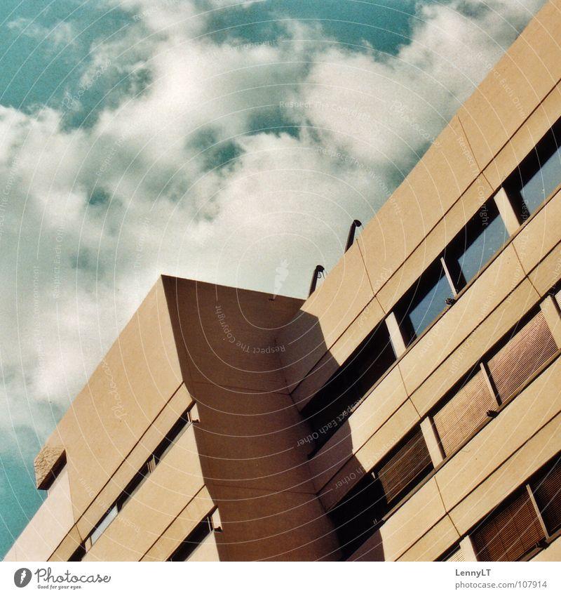 BITTSCHNITT Himmel Haus Wolken Wärme hell Beleuchtung verrückt Fassade Physik Ladengeschäft türkis diagonal beige Stuttgart zyan