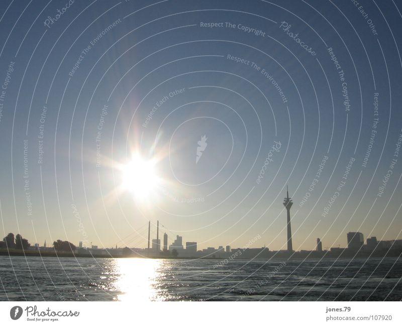 Sonnebrille, 8.30 Uhr Sonnenaufgang Sommer Düsseldorf Fluss Bach Dusseldorf Rhein Rhine Silhouette Skyline river