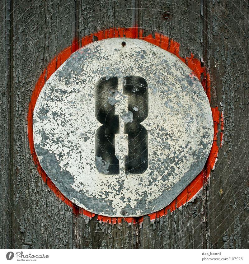 NUMB3R 8 Ziffern & Zahlen Anordnung gebraucht alt verfallen Typographie weiß Holz schwarz rot grau sprühen Mitte Design Splitter Nagel Befestigung frontal