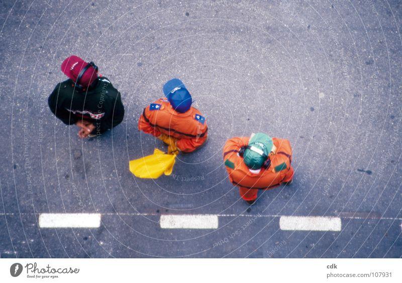 glotzen bis zum abwinken Mensch Mann Farbe Erholung Straße sprechen Wege & Pfade grau orange Zusammensein Arbeit & Erwerbstätigkeit Wind warten Beton 3 mehrere