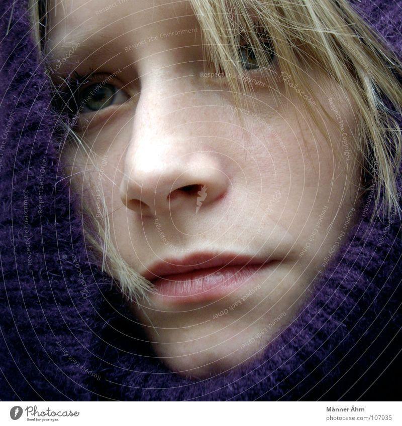 Beschützerinstinkt... Frau Hand Winter Gesicht kalt Wärme Haare & Frisuren Regen Eis warten Bekleidung Schutz violett Physik frieren Pullover