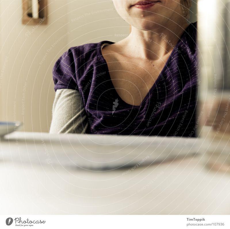 V-Frau Schulter Untertasse Lippen Lippenstift Kinn Wasserglas Tisch T-Shirt Top violett Faltenwurf Dekolleté Kaffeetrinken Geschirr Wohnzimmer schweigen