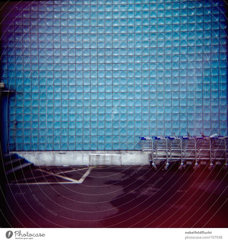 Dahinter Einkaufswagen retro Köln Bonn rot Licht dunkel Unschärfe Fehler Muster Vignettierung nass Lagerhalle Belichtung falsch Lichteinfall kaputt Holga