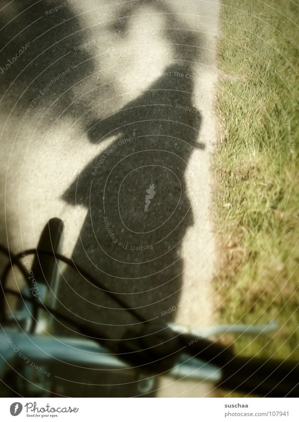 .. noch so'n schattenradler ... grün Straße Gras Wege & Pfade Fahrrad Freizeit & Hobby Asphalt Fotografieren Bremse Fahrradlenker Wegrand Schlagschatten