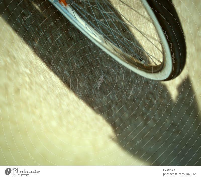 .. ich dreh durch ... Geschwindigkeit Fahrrad Gummi langsam vorwärts abwärts Fahrradfahren Asphalt Grünstich Freizeit & Hobby vorderreifen Speichen