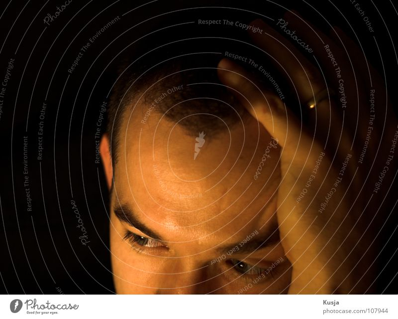 Migräne Mann Hand schwarz Auge gelb Haare & Frisuren Kopf Traurigkeit braun Nase verrückt Kreis Körperhaltung Schmerz Frustration Seele
