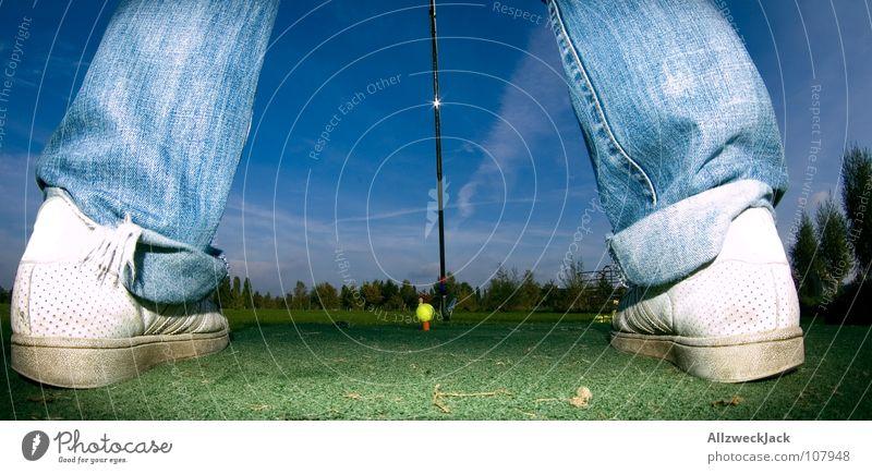 auf den Spuren Bernhard Langers 4 Abschlag Golfschläger Golfball Golfplatz Hose Gras grün Eisen Sport Spielen Zufriedenheit Mann chippen Jeanshose Ball balls