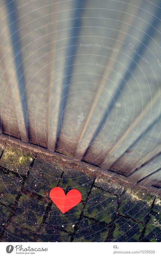 dreckwegtag Boden Müllbehälter Zeichen Herz dreckig rot Liebe Verliebtheit Traurigkeit Liebeskummer Sehnsucht Einsamkeit Enttäuschung Trennung Farbfoto