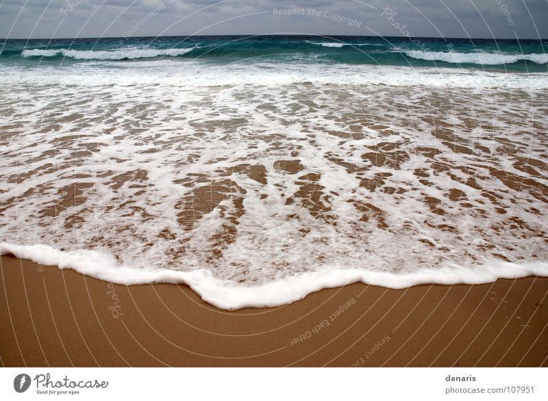 Das Meer schlägt zurück... Ibiza Formentera Wellen Strand Schaum türkis Gischt kalt wasser gischt Sand