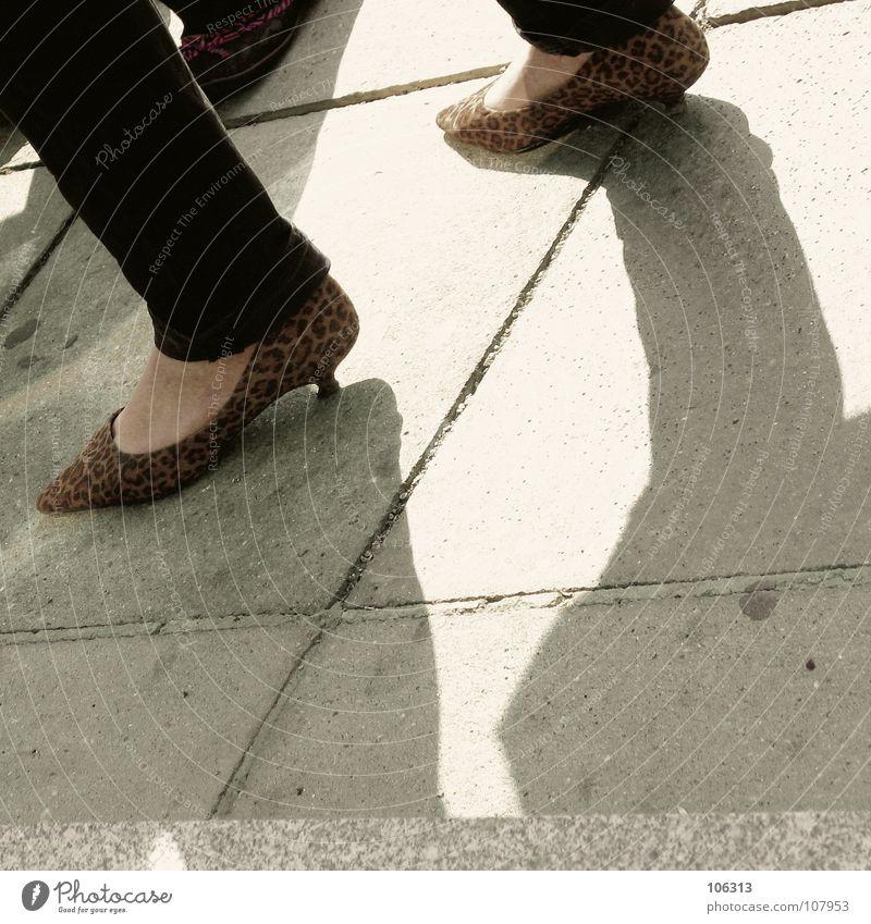 LIVING NEXT TO MADOCHAB Fußtritt Schuhe Frau standhaft Standbein Umweltschutz Fetischismus Osten Ecke Beton Stil Lifestyle Leopard Muster Fell tierisch