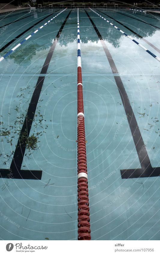 Alleingelassen blau Wasser weiß rot Blatt Sport Spielen Luft nass leer Eisenbahn Schwimmbad Schwimmsport verfallen tauchen türkis