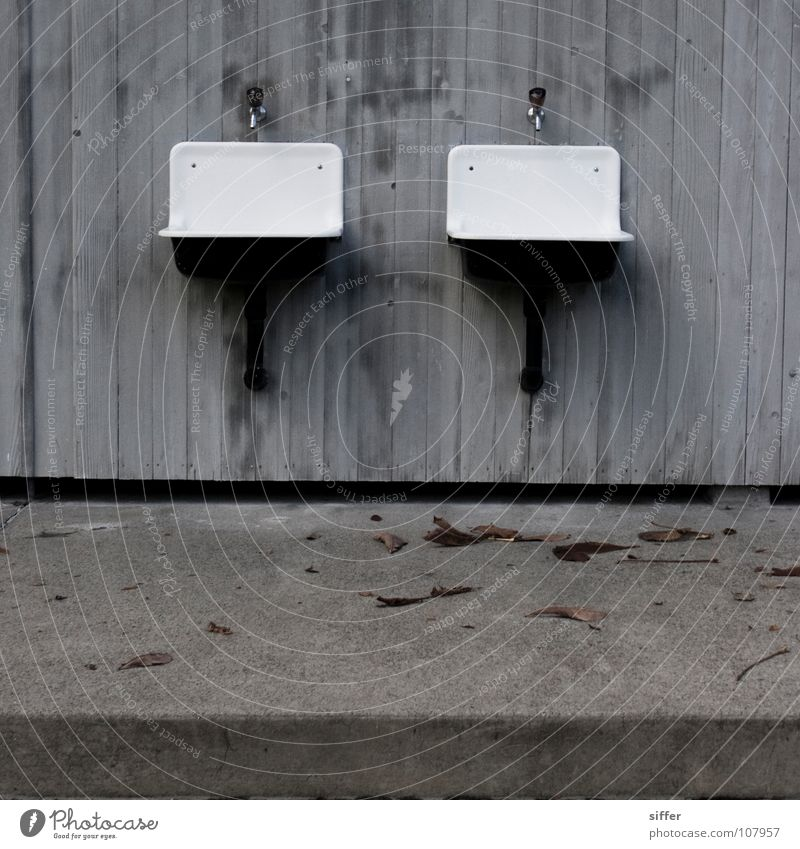 Zwillinge Wasser weiß Einsamkeit Herbst grau Beton leer Industrie Schwimmbad Vergänglichkeit verfallen Quadrat Waschbecken Holzwand Schwarzweißfoto Kanton Bern