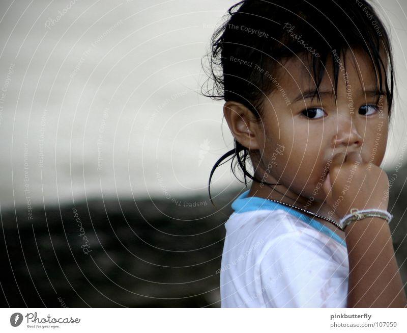 little Thai Girl ;c) Kind Mädchen schön weiß blau Strand Gesicht schwarz Auge kalt Angst klein Sehnsucht Freundlichkeit verstecken frieren