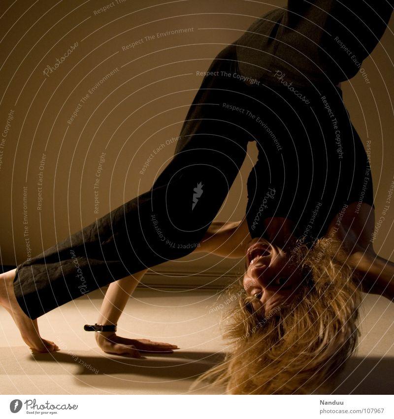 Purzeln im Quadrat Frau Freude Sport Spielen lachen Beine Gesundheit lustig Erwachsene Arme Turnen fliegen dünn fallen schreien außergewöhnlich