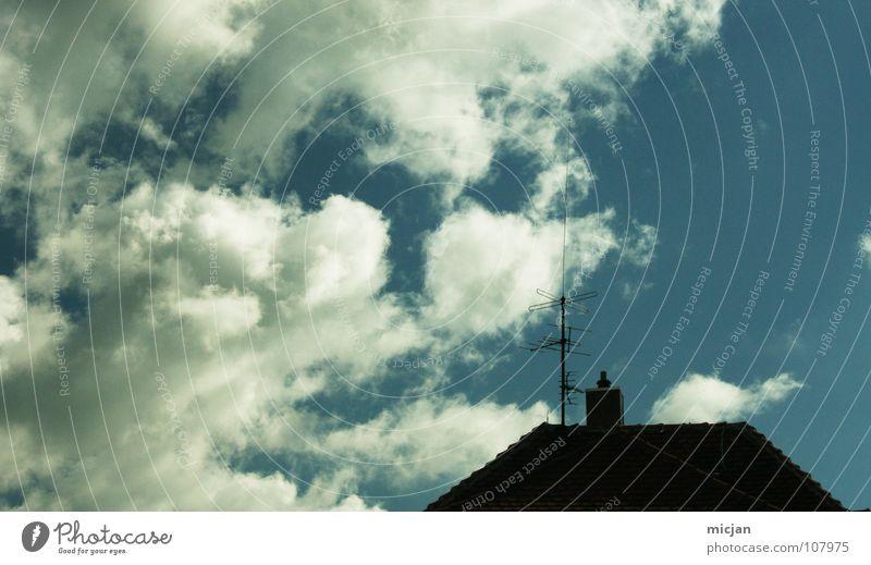 Blue Dream Dach Wolken Antenne schwarz Am Rand Silhouette Haus Gebäude Gelbstich Strahlung Funktechnik senden Fernsehen Fernseher Geometrie graphisch
