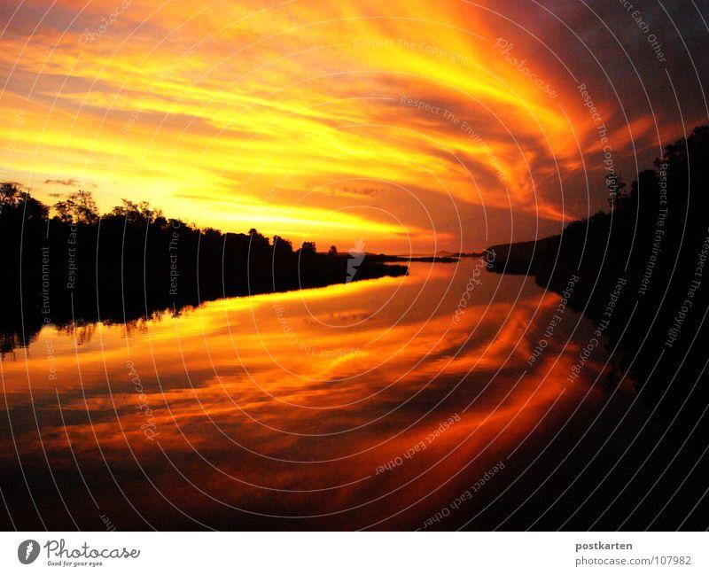 Sonnenuntergang vom Allerfeinsten Wasser schön Himmel rot schwarz Wolken violett Sonnenaufgang Abenddämmerung Doppelbelichtung Symmetrie
