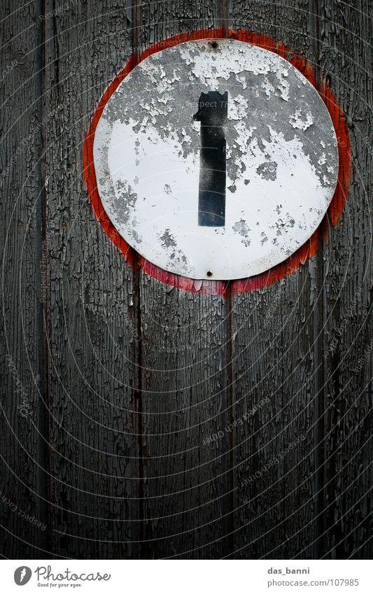 NUMB3R 1 II Ziffern & Zahlen Anordnung gebraucht alt verfallen Typographie weiß Holz schwarz rot grau sprühen Mitte Design Splitter Nagel Befestigung frontal