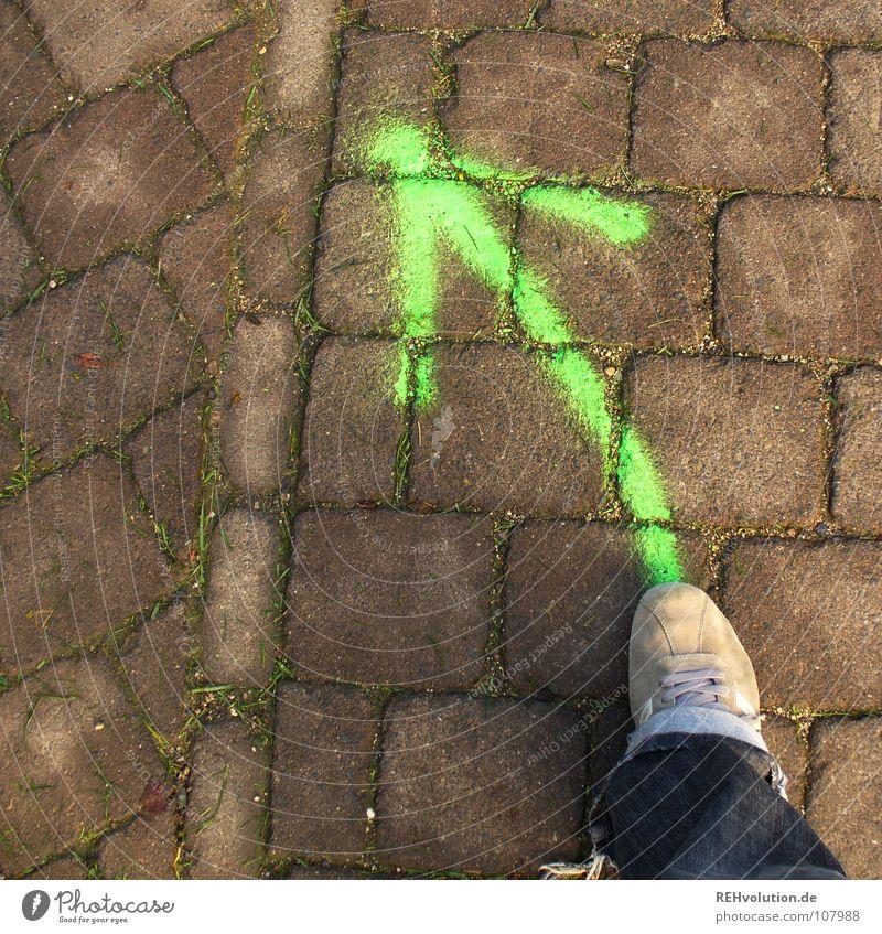 Links rum! Richtung wo links gehen vorwärts führen Schuhe Hose Asphalt Turnschuh gesprüht Schnitzeljagd losgehen Beleuchtung Neonlicht grün Verkehrswege