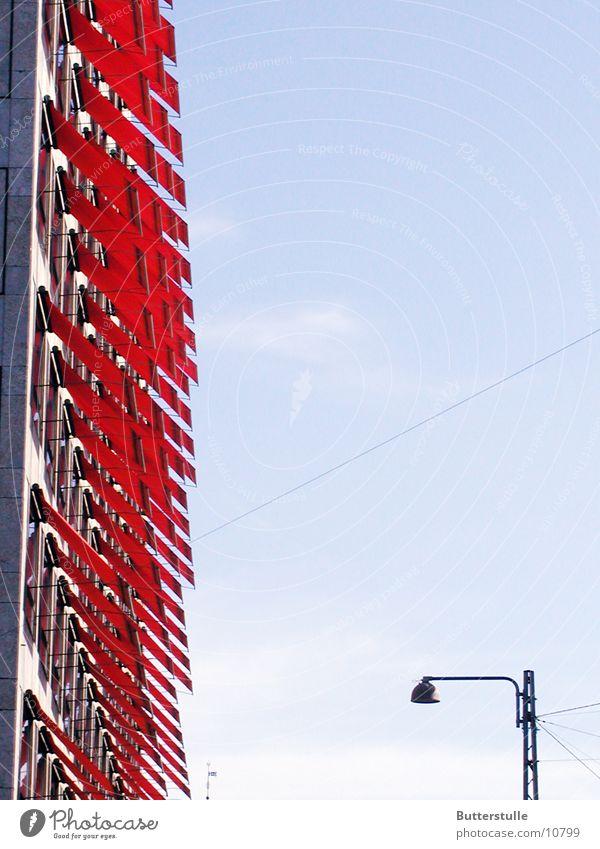 Markise1 rot Haus Fassade Perspektive obskur Wetterschutz Schutz