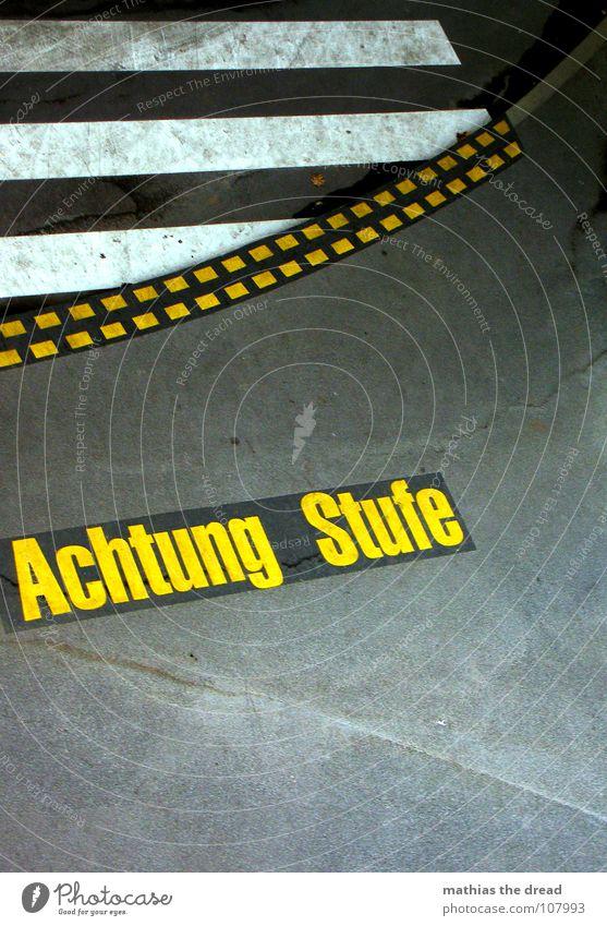 ... Achtung... blau gelb kalt grau Stein Beton gefährlich Schriftzeichen Bodenbelag bedrohlich Hinweisschild Fett Warnhinweis Glätte hart