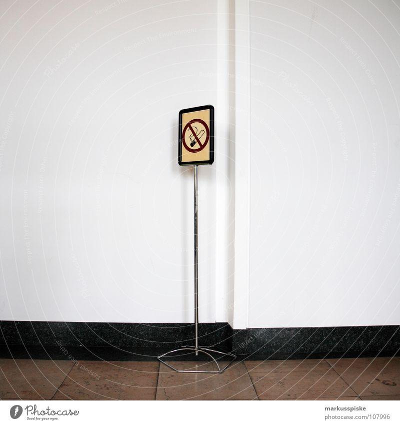 rauchen verboten Verbote Ständer Hinweisschild Zigarette Tabak Flur offen Gebäude Wand Mauer weiß braun Warnhinweis Warnschild Rauch Rauchen