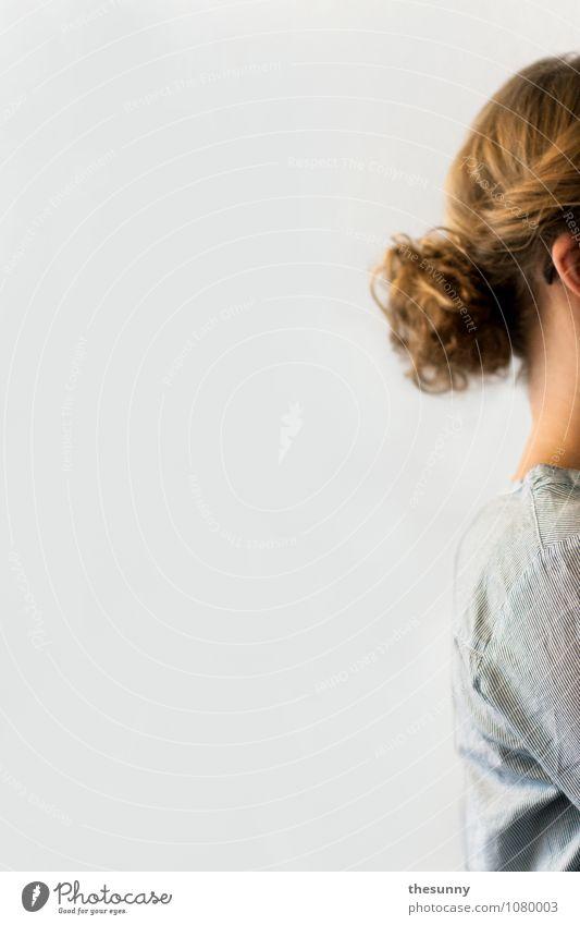 unerreichbar feminin Junge Frau Jugendliche Erwachsene Kopf Haare & Frisuren Rücken 1 Mensch blond elegant einzigartig blau weiß ruhig Einsamkeit ignorant