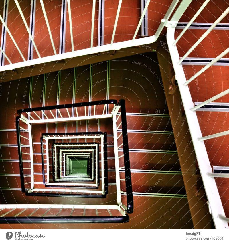 Treppenschacht. Hochhaus Haus Plattenbau Etage Stock Treppengeländer Am Rand hoch abwärts