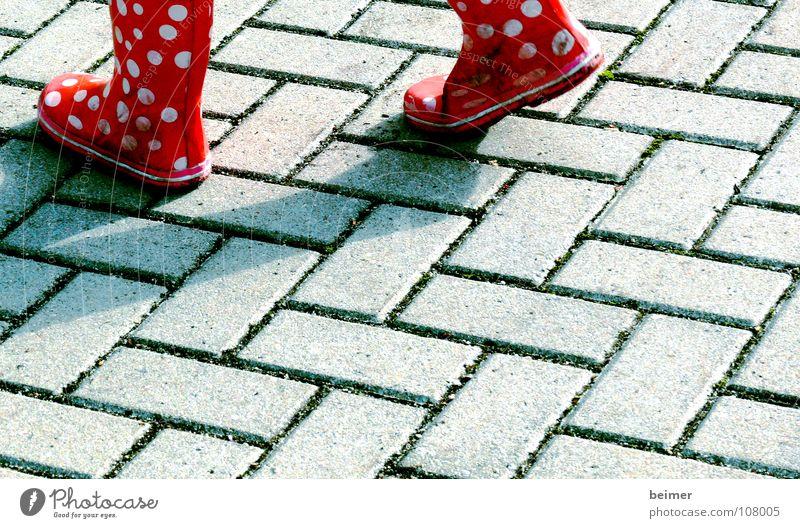 Pünktchen Gummistiefel Stiefel Punkt gehen pflastern rot Kind Mädchen Herbst Bekleidung Fleck laufen Fuß Plastersteine Stein Wege & Pfade Wetter Pflastersteine