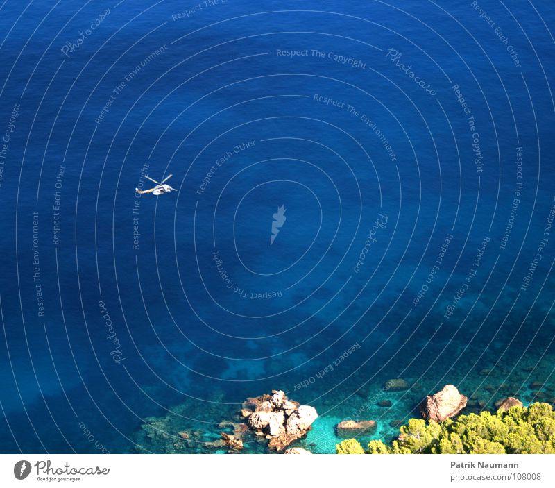 Küstenwache auf Patroullie Wasser Meer blau fliegen Suche Hilfsbereitschaft Luftverkehr Insel beobachten Idylle Paradies himmlisch hilflos Hubschrauber