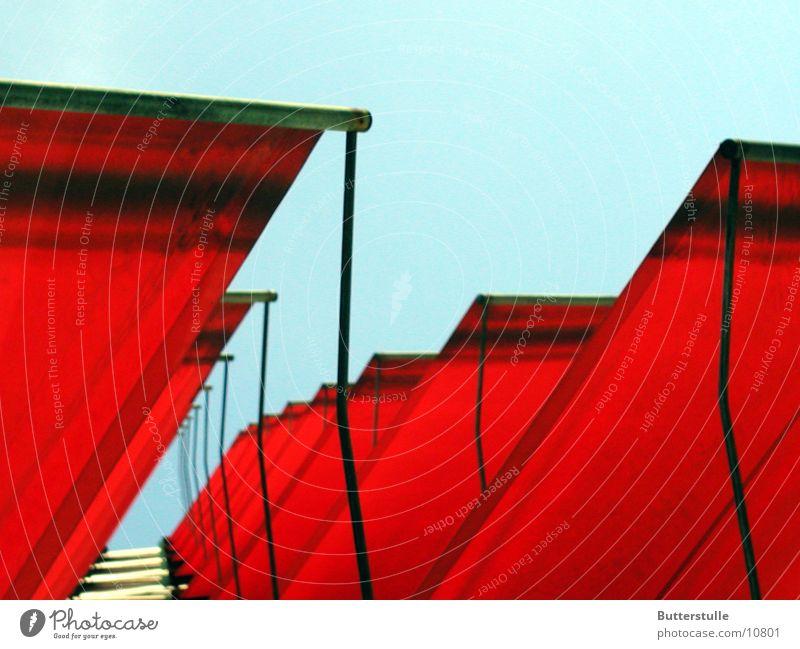Markise3 Haus Fassade rot Licht obskur Wetterschutz Perspektive Farbe Architektur