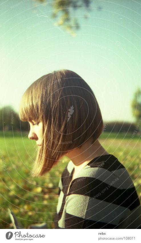 heute wie damals Sommer Herbst Physik Streifen Haarschnitt Frau Park Wiese grün Blatt Farbe Schwäche Sonne Wärme 60's 70's Haare & Frisuren blau Himmel