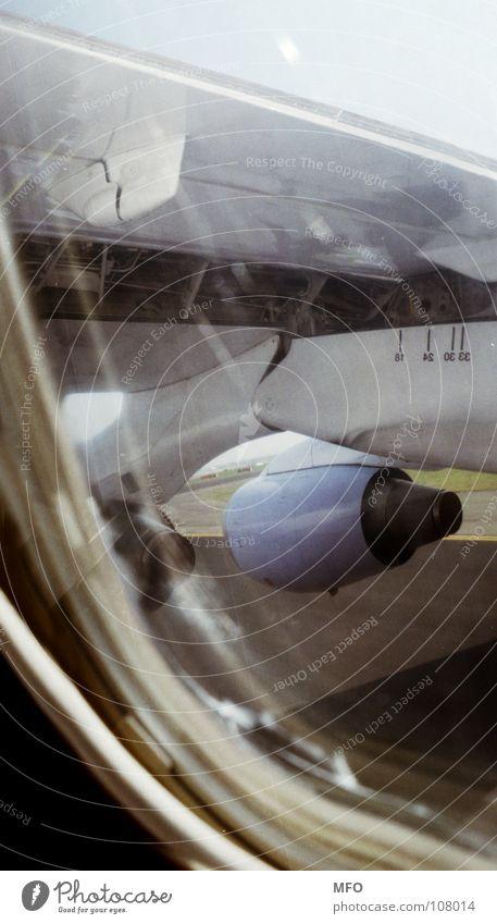 Abheben Fenster träumen Beginn Luftverkehr Flugzeug Tragfläche Landebahn Triebwerke Rollfeld