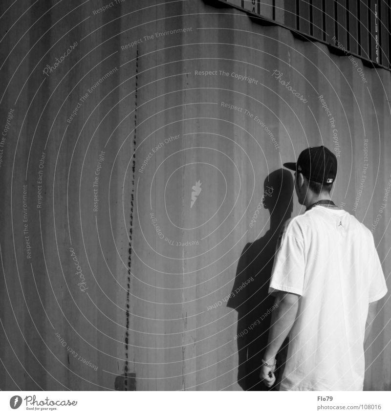 ONE LIFE ONE CHANCE Mann Jugendliche ruhig Gefühle Mauer Metall Rücken Junger Mann Leben stehen Perspektive T-Shirt Trauer Mütze Konflikt & Streit Meinung