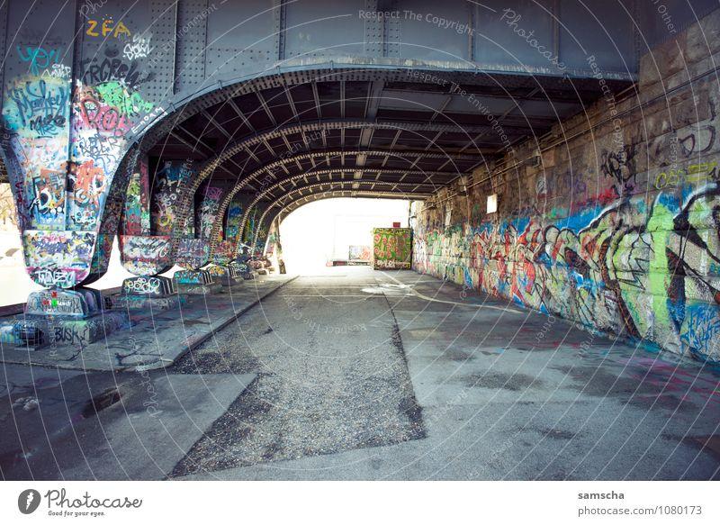 unten durch Ferien & Urlaub & Reisen Stadt Wand Graffiti Architektur Mauer Fassade Tourismus Ausflug Brücke Jugendkultur Bauwerk Fabrik Hauptstadt Stadtzentrum