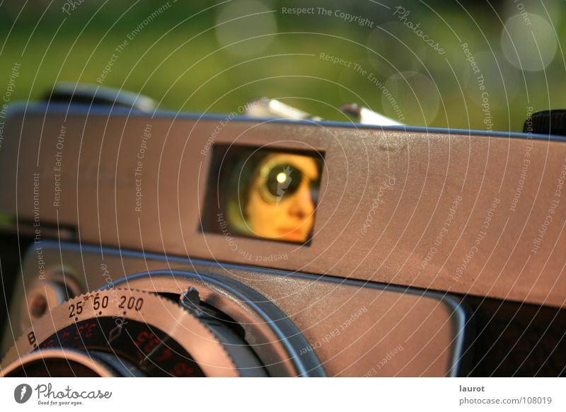Ein Bild mal andersrum Frau alt Fotografie Fotokamera Sonnenbrille Durchblick