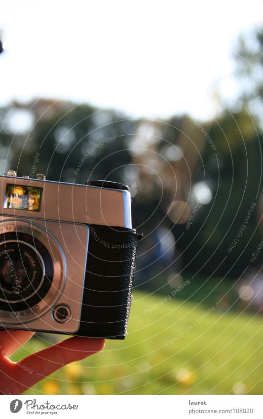 Freu(n)de an der Kamera Frau Natur alt Freude Freundschaft Fotografie Finger Fotokamera Bild