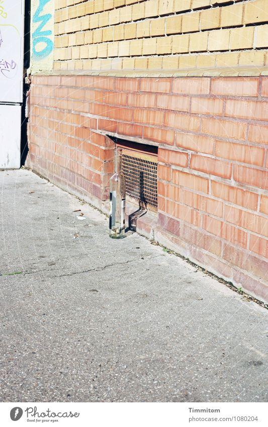 Ja ja, danke, Ihnen auch! Haus Wand Gefühle Mauer grau Linie braun hell stehen leer Getränk Bürgersteig Asphalt Backstein Flasche grell